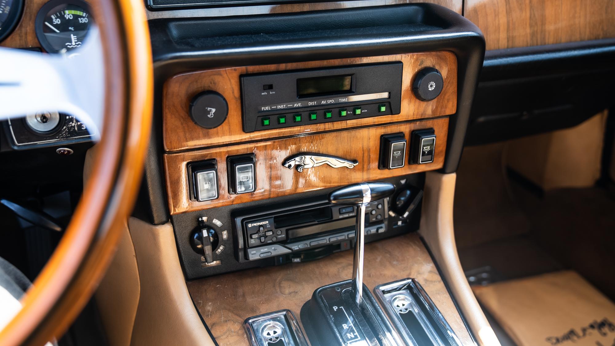 1986 Jaguar XJ6 center console